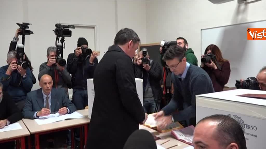 04-03-18 Renzi alle urne chiede a scrutatori come funziona adesso_07