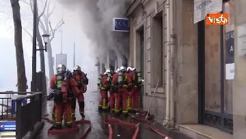 3 - Gilet gialli, scontri con la Polizia sugli Champs-Elysees