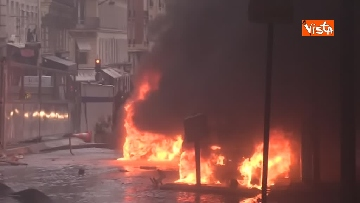 7 - Gilet gialli, scontri con la Polizia sugli Champs-Elysees