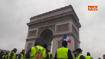 5 - Gilet gialli, scontri con la Polizia sugli Champs-Elysees