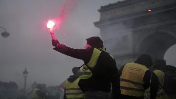 12 - Gilet gialli, scontri con la Polizia sugli Champs-Elysees