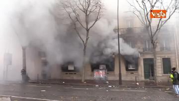 2 - Gilet gialli, scontri con la Polizia sugli Champs-Elysees