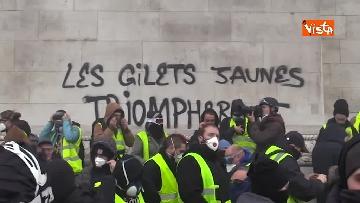 6 - Gilet gialli, scontri con la Polizia sugli Champs-Elysees