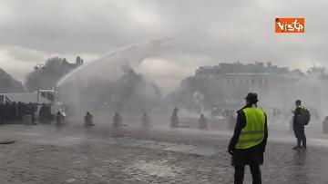9 - Gilet gialli, scontri con la Polizia sugli Champs-Elysees