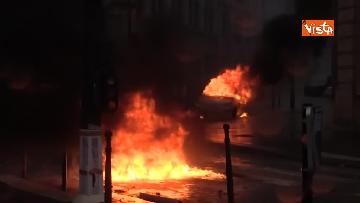 4 - Gilet gialli, scontri con la Polizia sugli Champs-Elysees