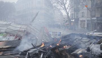 19 - Gilet gialli, scontri con la Polizia sugli Champs-Elysees