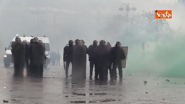 10 - Gilet gialli, scontri con la Polizia sugli Champs-Elysees