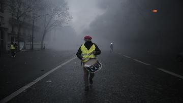 18 - Gilet gialli, scontri con la Polizia sugli Champs-Elysees