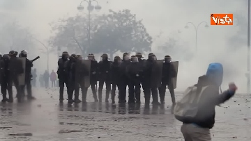 11 - Gilet gialli, scontri con la Polizia sugli Champs-Elysees