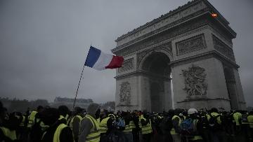 16 - Gilet gialli, scontri con la Polizia sugli Champs-Elysees