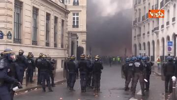 8 - Gilet gialli, scontri con la Polizia sugli Champs-Elysees