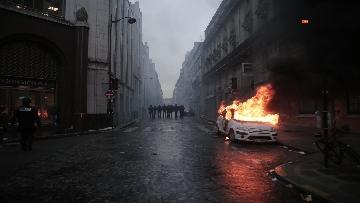 15 - Gilet gialli, scontri con la Polizia sugli Champs-Elysees