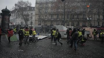 14 - Gilet gialli, scontri con la Polizia sugli Champs-Elysees