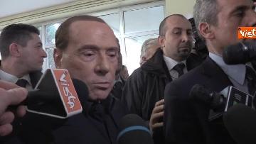 1 - Protesta Femen, Berlusconi scherza: