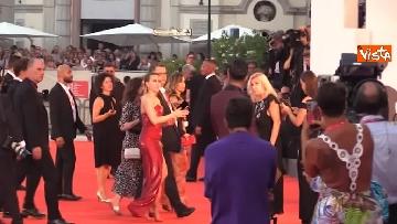 6 - Mostra del Cinema Venezia, vestito rosso e tatuaggio a vista per Scarlett Johansson