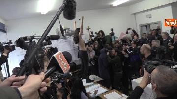 8 - Protesta Femen, Berlusconi scherza: