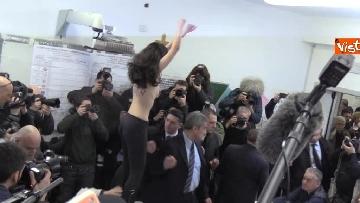 5 - Protesta Femen, Berlusconi scherza: