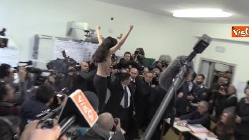 6 - Protesta Femen, Berlusconi scherza: