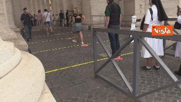 1 - Angelus in Piazza San Pietro tra distanze di sicurezza e file, le foto