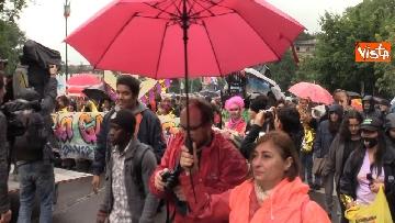 2 - Il corteo antisovranista sfila a Milano contro il comizio di Salvini e Le Pen in Duomo