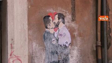 2 - Bacio tra Salvini e Di Maio, il murales a due passi dal Parlamento