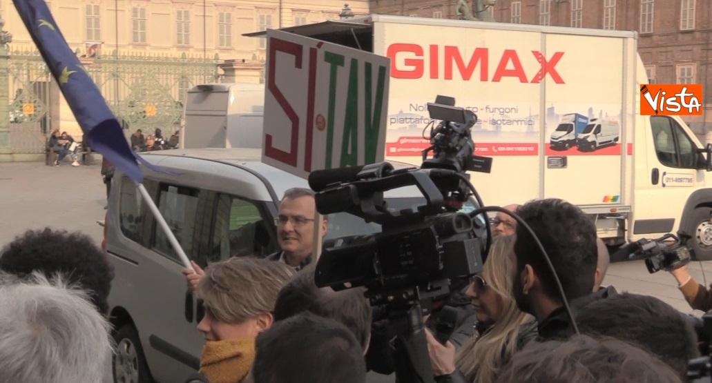 Cartelli 'Si Tav' in piazza Castello a Torino