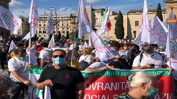 10 - Sovranisti e negazionisti Covid in piazza a Roma, le foto