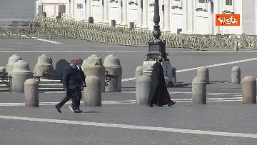 3 - Le Campane suonano in una Piazza San Pietro deserta