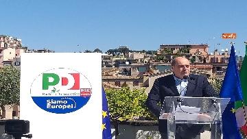 4 - Europee, Zingaretti, Calenda e Gentiloni presentano simbolo PD con