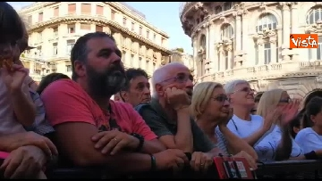 7 - Crollo ponte, le lacrime dei genovesi alla commemorazione in piazza