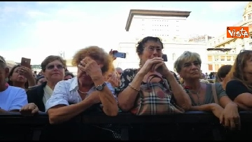 8 - Crollo ponte, le lacrime dei genovesi alla commemorazione in piazza