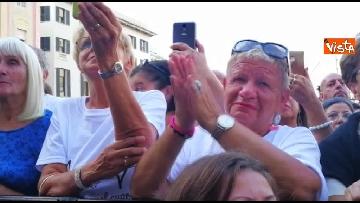 2 - Crollo ponte, le lacrime dei genovesi alla commemorazione in piazza