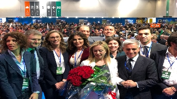 3 - Meloni fa foto con i candidati di FdI alle europee