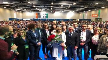 5 - Meloni fa foto con i candidati di FdI alle europee