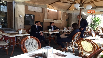 8 - Conte prende un caffè al bar al termine della cerimonia all'Altare della Patria per il 25 Aprile