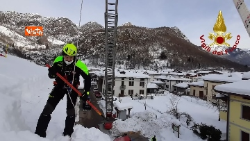 4 - 13-01-21 Neve Friuli Venezia Giulia, i Vigili del fuoco intervengono su tetti strutture pubbliche a Claut