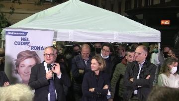 5 - Letta e Gualtieri in piazza nel quartiere romano di Testaccio. Le foto