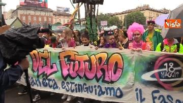 5 - Il corteo antisovranista sfila a Milano contro il comizio di Salvini e Le Pen in Duomo