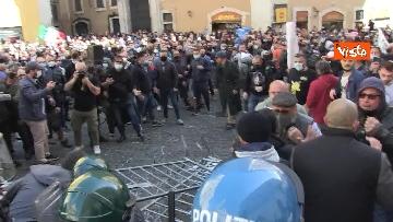 10 - Tafferugli a Piazza Montecitorio, la polizia carica i manifestanti
