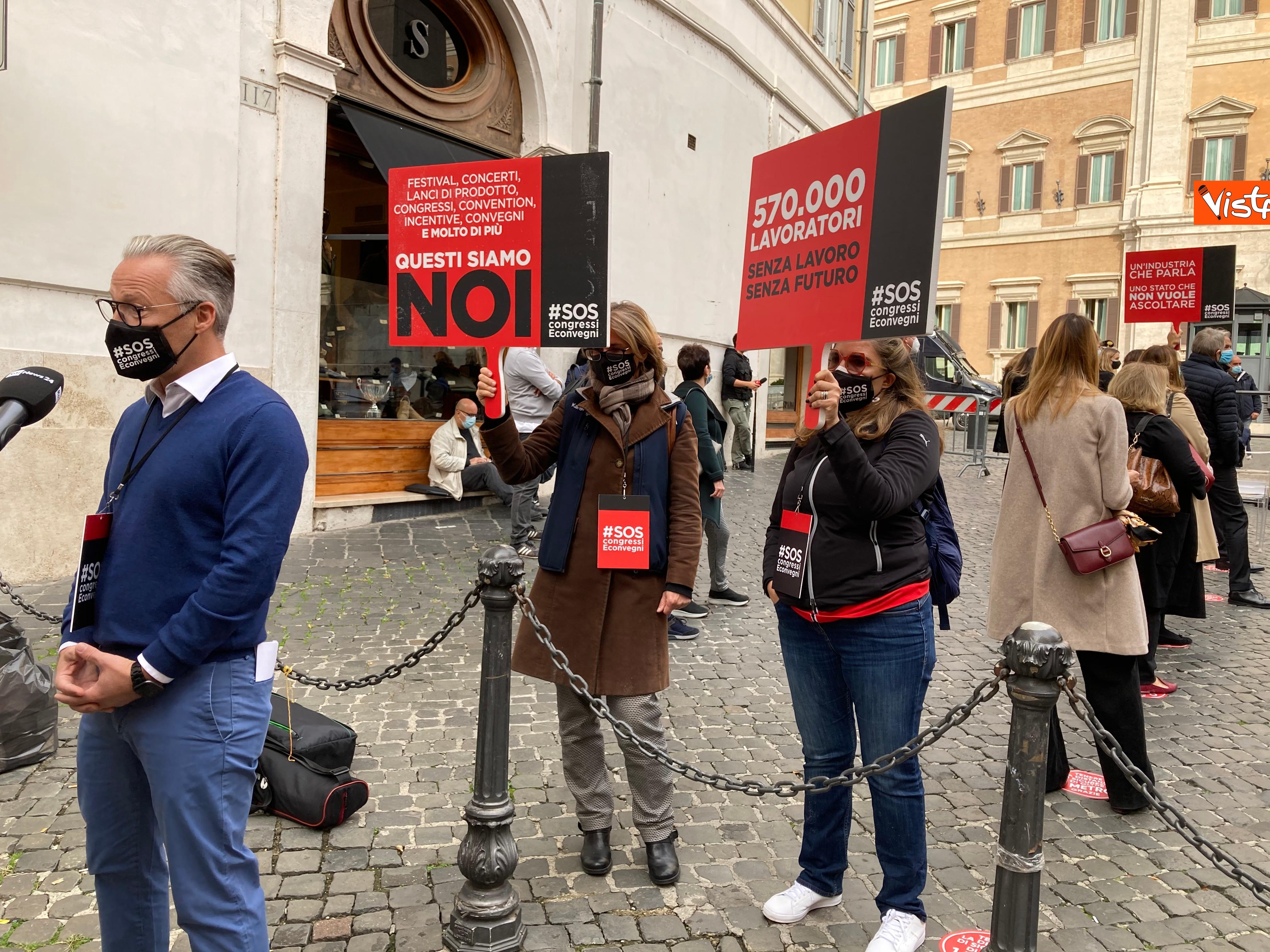 I manifestanti del settore dell'organizzazione eventi scesi in piazza a Montecitorio
