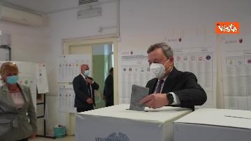 6 - Draghi al seggio elettorale del Liceo Mameli, ecco il momento del voto