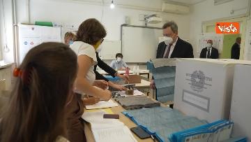 2 - Draghi al seggio elettorale del Liceo Mameli, ecco il momento del voto