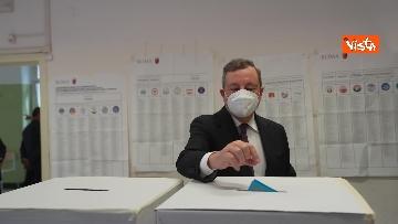 5 - Draghi al seggio elettorale del Liceo Mameli, ecco il momento del voto