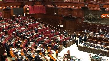 8 - Manovra, la discussione alla Camera. Governo mette la fiducia