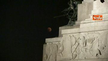 5 - Eclissi luna, dal Colosseo al Gianicolo, Roma presa d'assalto dai turisti