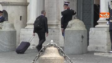 13 - Trolley e zainetto, così Cottarelli va verso il Quirinale