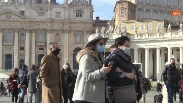 5 - Molti fedeli a Piazza San Pietro per lAngelus dellultima domenica di avvento