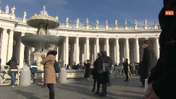 2 - Molti fedeli a Piazza San Pietro per lAngelus dellultima domenica di avvento