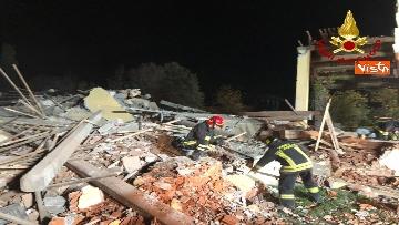 1 - Esplosione in una cascina ad Alessandria, muoiono 3 vigili del fuoco