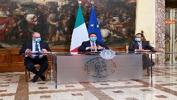 1 - Dl ristori, Conte, Gualtieri e Patuanelli in conferenza stampa a Palazzo Chigi